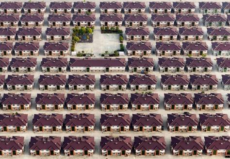 Chine, Jiangyin, Jiangsu. Des rangées de maisons identiques avec une aire de jeux vu au milieu de la ville de Jiangyin. (© Kacper Kowalski, 2014 Sony World Photography Awards)