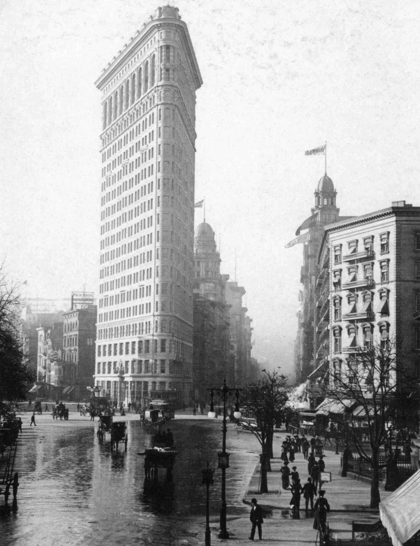 Iron Building, l'un des premiers immeuble gratte ciel New Yorkais et dont la construction fut possible grâce à l'invention de l'ascenseur...
