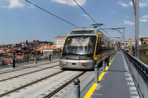 Tramway O'Porto enjambant le Douro sur le pont Gustav Eiffel. source Wikimedia.